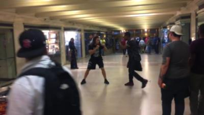 Une bagarre éclate dans le métro de New York et personne n'intervient