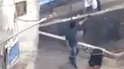 Un habitant filme une violente fusillade entre des soldats et des trafiquants dans une favela de Rio