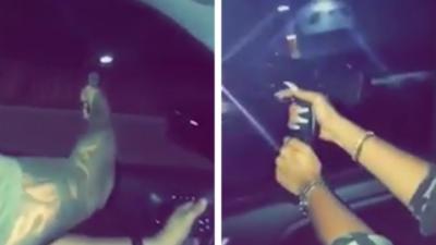 Un couple s'amuse à tirer avec des armes à feu depuis la fenêtre de leur voiture