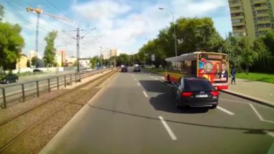 Un automobiliste double par la droite et se prend un bus