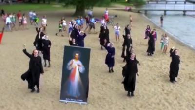 Des religieuses dansent sur de la techno lors d'une JMJ