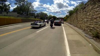 Un motard fait un wheeling et percute une voiture de police