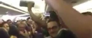 Des passagers bloqué dans un avion chantent I Believe I can Fly