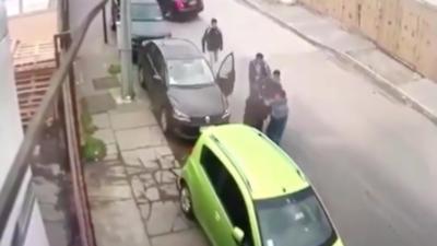 Des hommes empêchent des voleurs de partir avec la voiture d'un automobiliste