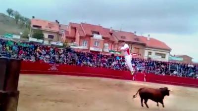 Un taureau fait voltiger un torero dans les airs