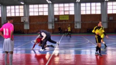 Un entraîneur de Futsal pète un câble et va mettre une droite à l'arbitre