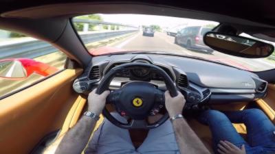 Il dépasse 285 voitures en 10 minutes avec sa Ferrari 458 Italia sur une autoroute