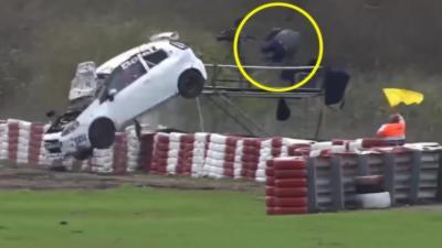 Un cameraman saute de sa plateforme pour échapper à une voiture qui lui fonce dessus