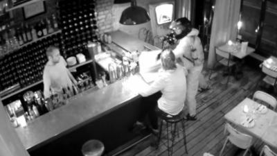Un homme rentre dans un bar pour voler l'ordinateur de la manager