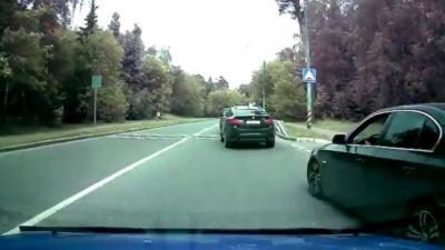 Un automobiliste se fait méchamment punir par le karma en essayant de doubler une voiture