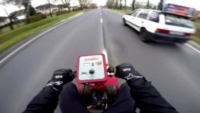 Il transforme un scooter pour handicapé en un bolide survitaminé qui dépasse les 100 km/h
