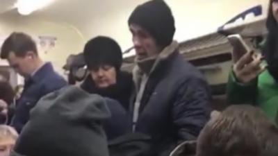Un homme insulte tous les passagers dans un train et se fait très rapidement calmer