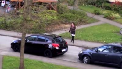 Un pervers suit une femme sans relâche dans la rue