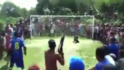 Lors d'un penalty des supporters armés viennent mettre la pression à un gardien