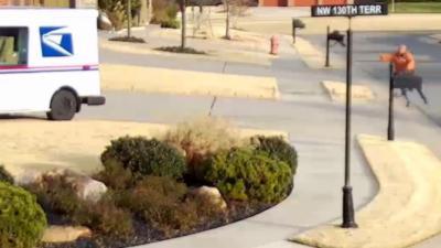Un livreur se fait éjecter de sa camionnette en percutant une boite aux lettres
