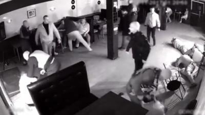 La police russe ne rigole pas quand elle fait un raid dans une boîte de nuit
