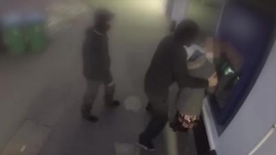 Deux hommes qui agressent une femme devant un distributeur se font méchamment calmer