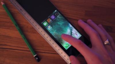 La règle avec un iPhone caché à l'intérieur pour tricher en cours et naviguer sur internet