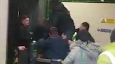 Un homme se coince le pénis en sautant une barrière du métro pour frauder