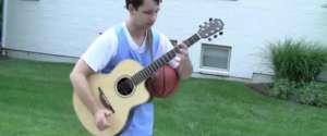 Jouer de la guitare et au basket en même temps