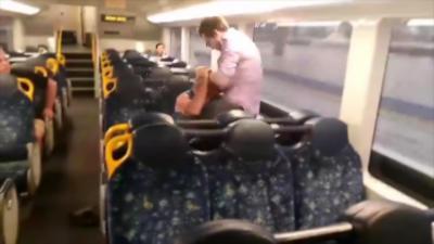 Deux hommes se battent dans un train mais la situation ne finit pas comme prévu