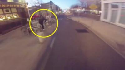 Un cycliste part à la poursuite d'un voleur de vélo