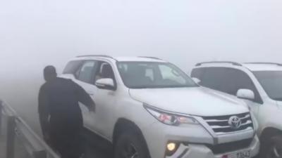 Un camion arrive à toute vitesse alors qu'il y a un énorme brouillard et des voitures arrêtées