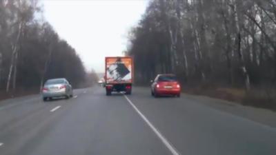 Quand deux voitures doublent en même temps un camion ça se termine mal
