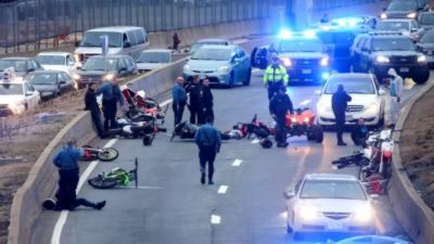 La police tend un énorme piège pendant un rassemblement illégal de motards