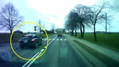 Quand le karma rattrape un automobiliste qui double en franchissant une ligne blanche