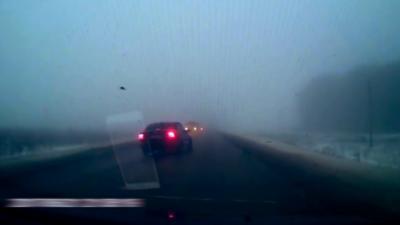 Doubler à toute vitesse alors qu'il y a du brouillard et de la neige