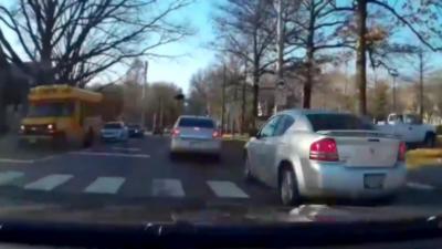 Un automobiliste fait une grosse queue de poisson et se fait punir par le karma