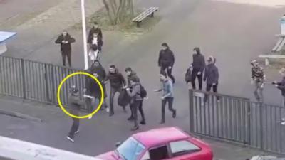Des élèves d'un collège chassent un homme armé de couteaux