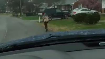Un enfant obligé de courir sous la pluie après avoir frappé un camarade dans un bus