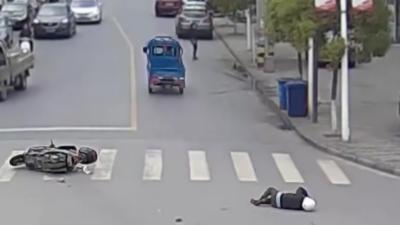 Des automobilistes s'unissent pour arrêter un homme qui vient de renverser un scooter