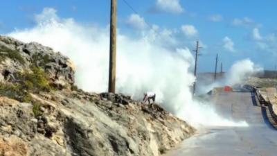Un homme se met au mauvais endroit pour contempler d'énormes vagues
