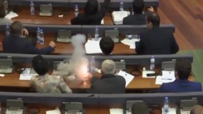 Un député balance des gaz lacrymogènes pour empêcher un vote au Parlement