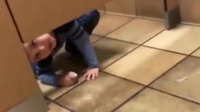 Un homme reçoit de la visite dans les toilettes d'un restaurant alors qu'il fait la grosse commission