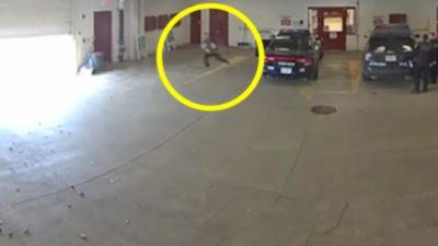 Un détenu profite d'une porte de garage qui se ferme pour s'évader et semer deux policiers