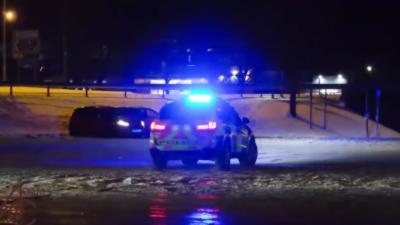 Une voiture de police interrompt des jeunes qui driftent sur de verglas pour... faire du drift