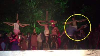 Un homme monte sur scène et tente de sauver Jésus pendant un spectacle