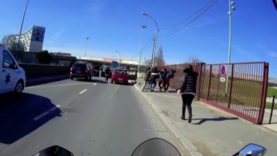 Un motard gère parfaitement un road rage entre des automobilistes en Seine-Saint-Denis