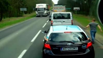 Quand un routier descend de son camion pour aller voir des automobilistes qui jettent des ordures