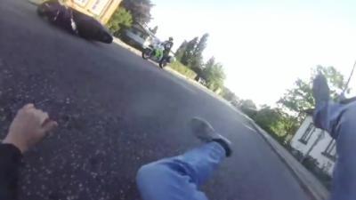 Un homme en scooter arrive à échapper à la police mais fait une énorme erreur