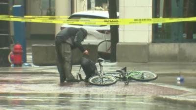 Un cycliste impatient va lui même fouiller un sac abandonné sans attendre les démineurs