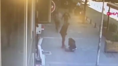 Un homme qui tape son ex-femme dans la rue se prend un méchant coup de boule