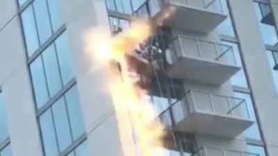 Le câble d'une nacelle de nettoyage de façade explose et se coupe alors qu'un employé se trouve dessus