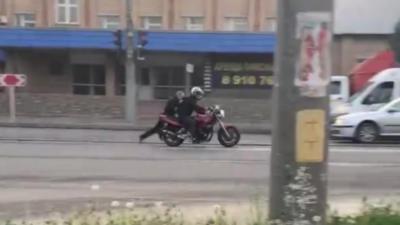 Un motard traîne un policier sur la route pour ne pas se faire arrêter