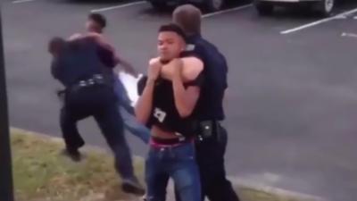 Un policier plaque violemment un étudiant qui veut se battre avec son collègue
