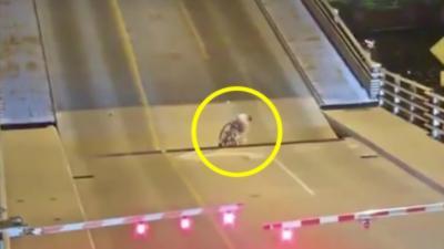 Une cycliste se retrouve coincée à l'intérieur d'un pont levant